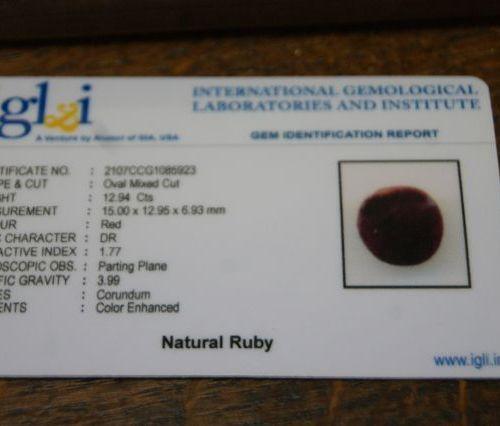 Rubis, ovale. 12,94 carats. Avec son certificat.