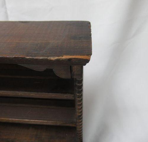 Meuble miniature en bois. Haut.: 38 cm (petit manque à la corniche)
