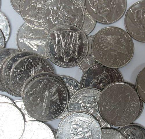 FRANCE Lot de pièces de 5 francs en métal, circa 1990.
