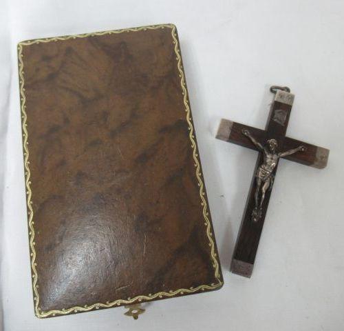 Petit crucifix en palissandre et argent. Haut.: 11 cm Chiffré et daté 1905. Dans…