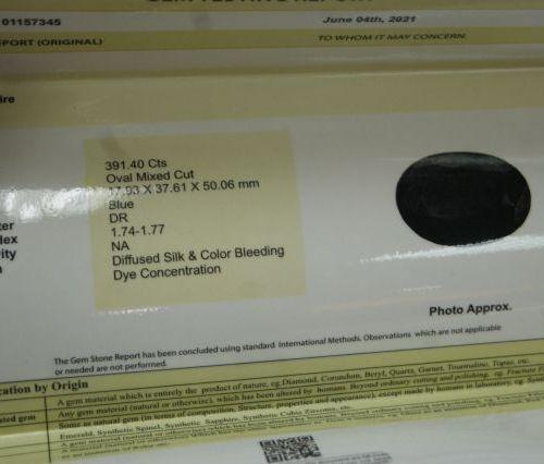 Saphir bleu, ovale. 391,40 carats. Avec son certificat.