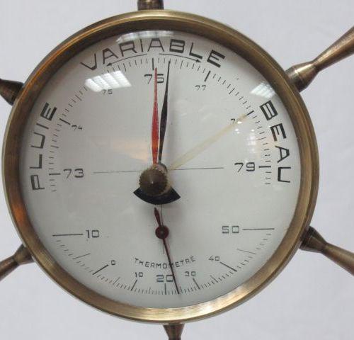 Baromètre en laiton affectant la forme de la barre d'un bâteau. 15 cm.