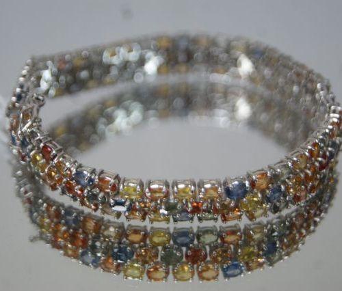 Bracelet en argent, serti de saphirs multicolores. Poids brut : 23,66 g
