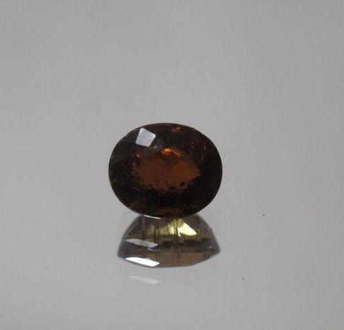 Tourmaline brune de taille ovale sur papier  Poids: 1,78 ct env