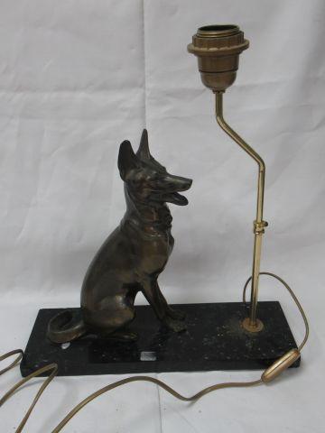 Pied de lampe en bronze et régule, à déocr d'un chien assis. Porte une signature…