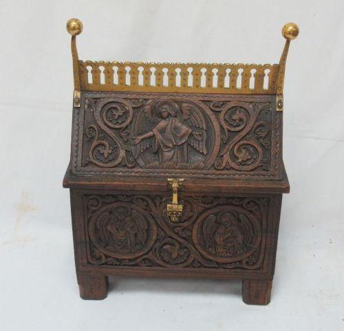 Chasse en bois sculpté, orné de laiton à décors de motif religieux, 24 x 17 x 10…