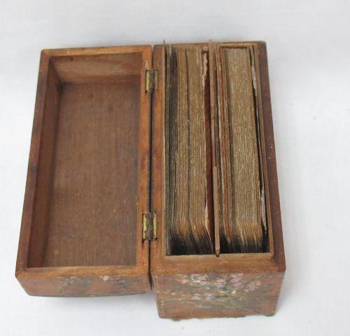 Lot de deux jeux de cartes anciens, dans une boîte en bois. Début Xxe. 7 x 11 cm…