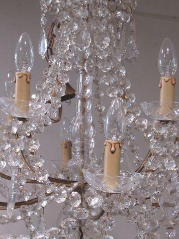 Imposant lustre en régule doré, orné de pampilles de cristal. 12 bras de lumière…