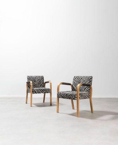Alvar Aalto (1898 1976) n°46 Pair of armchairs Curved elm and zebra fabric. Paar…
