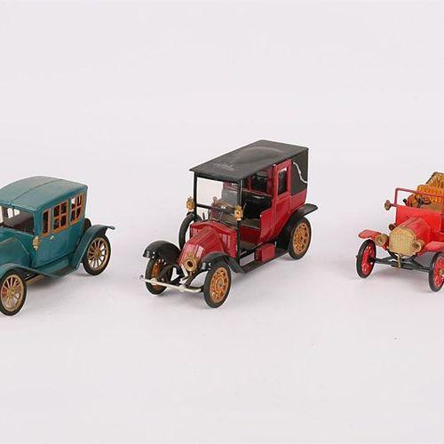 Lot de quinze véhicules : CHAMPION (FRANCE) HOT WHEELS (MALAISIE) Lot de deux vé…