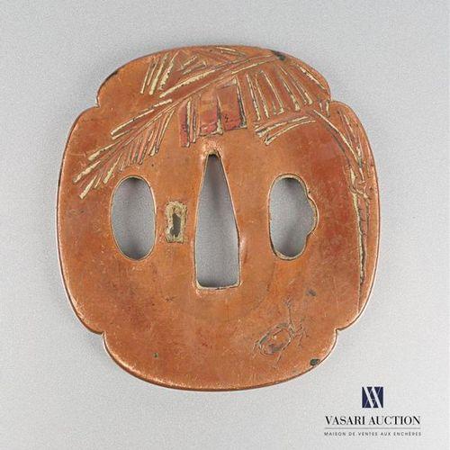Tsuba de forme quadrilobé en cuivre à décor gravé de palmes, scarabé et libellul…