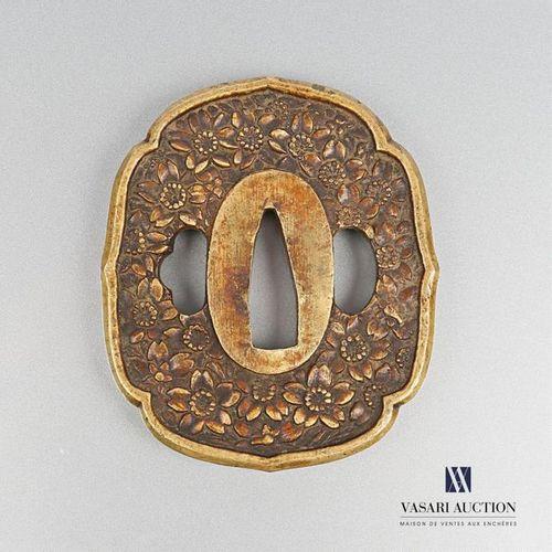 Tsuba en bronze doré, la bordure chantournée, à décor de fleurs (usures) 7,5 x 6…