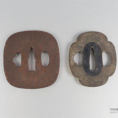 Lot de deux tsubas le premier en fer de forme quadrangulaire à décor stries rayo…