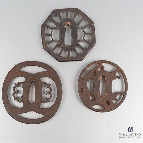 Lot de trois tsubas en fer, le premier de forme octogonale à décor ajouré de ray…