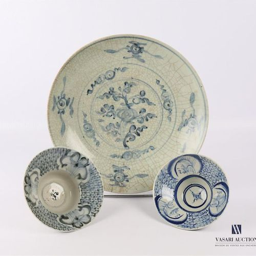 CHINE Plat en porcelaine à émail vert céladon à décor en camaïeu bleu de fleurs …