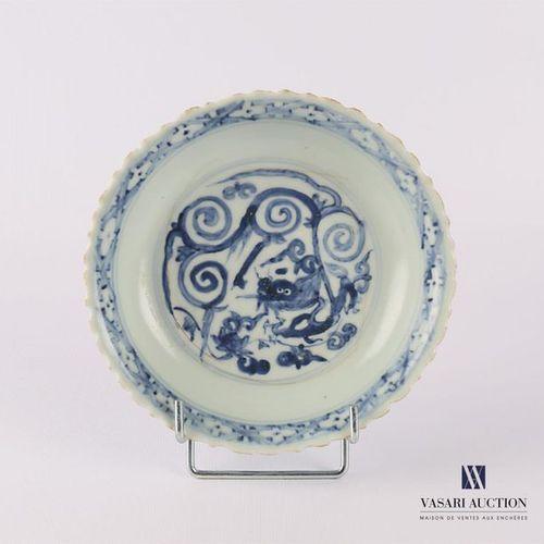 CHINE Assiette creuse en porcelaine blanc bleu à décor de végétaux et rinceaux d…