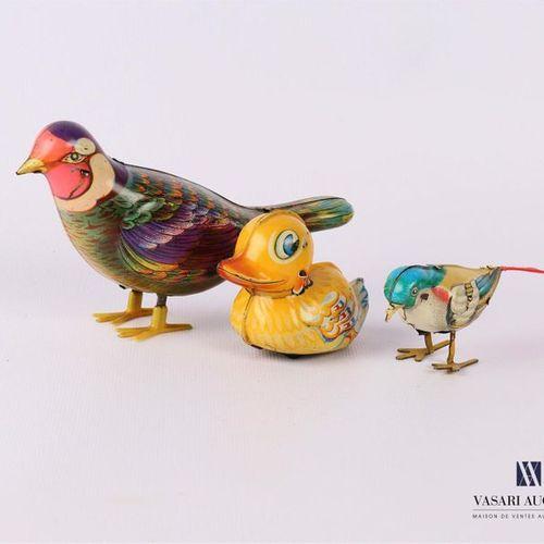 Lot de trois jouets mécaniques en tôle, l'un figurant un oiseau sifflant fonctio…