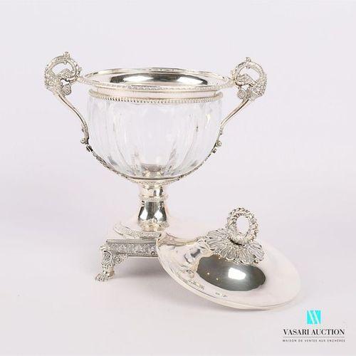 Sucrier en argent (1819 1838) et cristal posant sur une base carrée ourlée d'une…