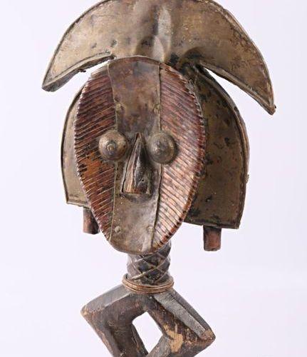 KOTA GABON Reliquaire avec plaques de métal sur âme de bois Haut. : 31,5 cm (hor…