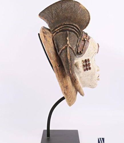 PUNU GABON Masque féminin blanc en bois polychrome patiné, pigmenté, la coiffe o…