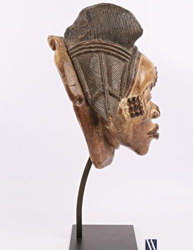PUNU GABON Masque féminin blanc en bois polychrome patiné et pigmenté, la coiffe…