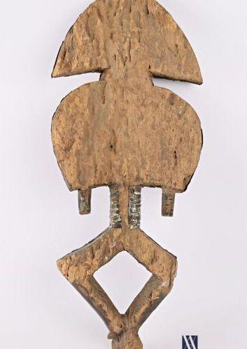 KOTA GABON Reliquaire en laitonl repoussé sur âme de bois Haut. : 44 cm Note : F…