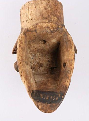 """PUNU GABON Masque """"Eshira"""" en bois polychrome patiné, les yeux plissés, la commi…"""