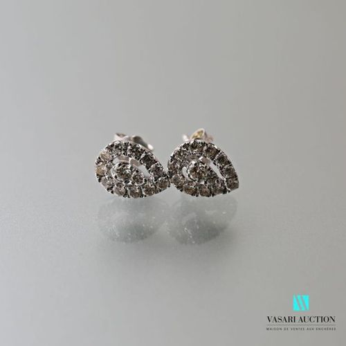 Paire de boucles d'oreilles en or blanc 750 millièmes de forme poire et ajourées…