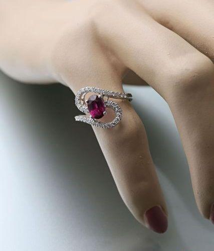 Bague en or blanc 750 millièmes présentant une ligne serpentine de diamants tail…