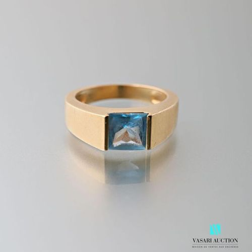 750 thousandths yellow gold band ring set with a square topaz Gross weight: 8 g …