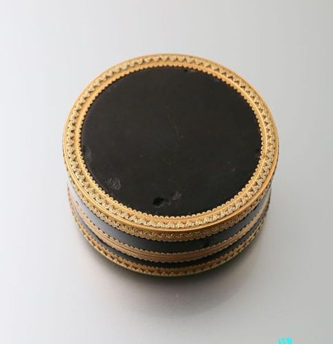 Round box in tortoiseshell and gold in two shades of green and yellow, the lid i…