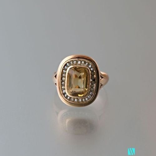 750 thousandths yellow gold ring set with a central citrine surrounded by pearls…