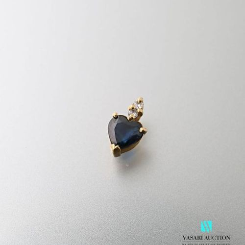 Pendant in yellow gold 750 thousandths set with a sapphire cut in heart, the bél…