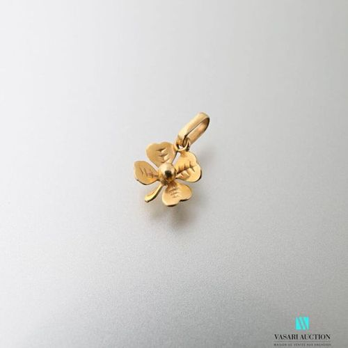 Pendant in yellow gold 750 thousandths in the shape of a four leaf clover Weight…
