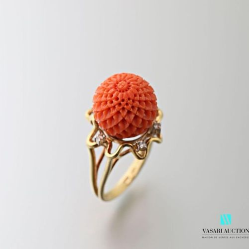 Ring in 750 thousandths yellow gold, the ring formed of two gold threads, the ce…