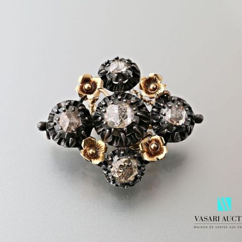 Brooch in 750 thousandths gold and 925 thousandths silver in diamond shape decor…