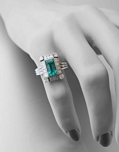 Platinum Art Deco ring 850 thousandths set with a central rectangular emerald su…