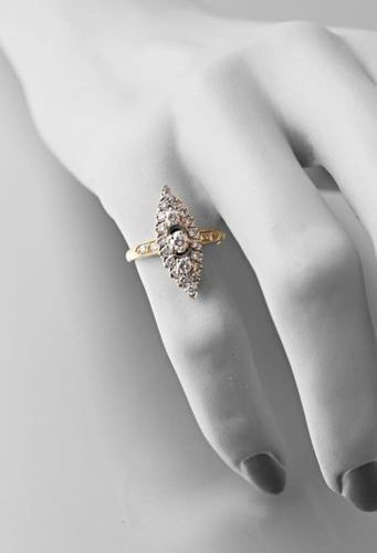 Marquise ring in yellow gold 750 thousandths set with brilliants, the central on…