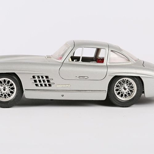 BURAGO (Italy)  Car 1/18 Mercedes 300 SL (1954)  (state of use, small scratches)