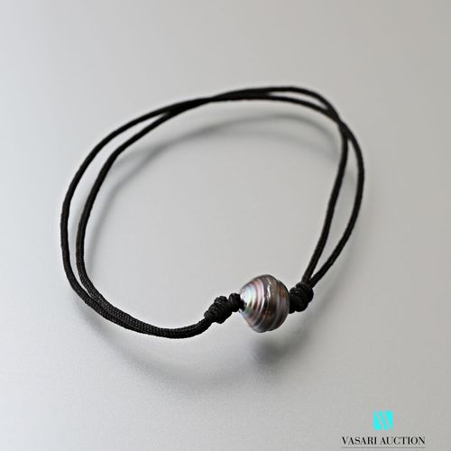 Bracelet on adjustable cord decorated with a 9 mm Tahitian pearl