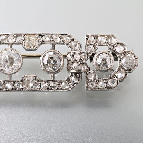 1920s barrette brooch in 750 thousandths white gold and 800 thousandths platinum…