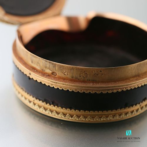 Round box in tortoiseshell and gold in two tones of green and yellow, the lid is…