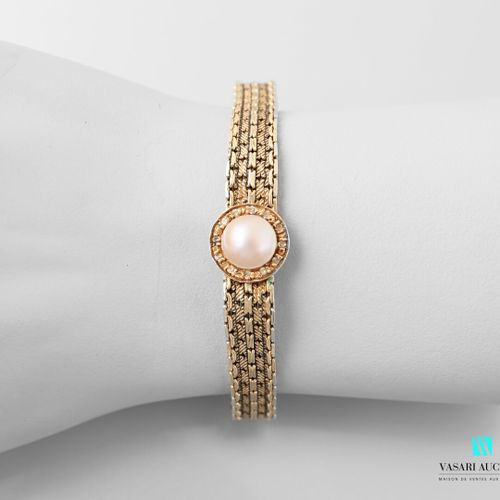 Supple bracelet in 750 thousandths yellow gold, alternating smooth and guilloché…