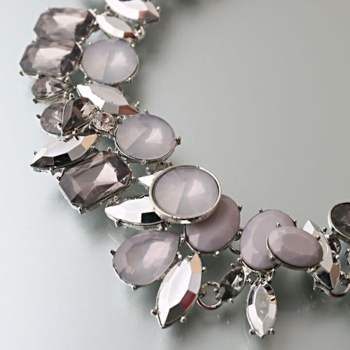 Metal necklace decorated with rhinestones and rhinestones.
