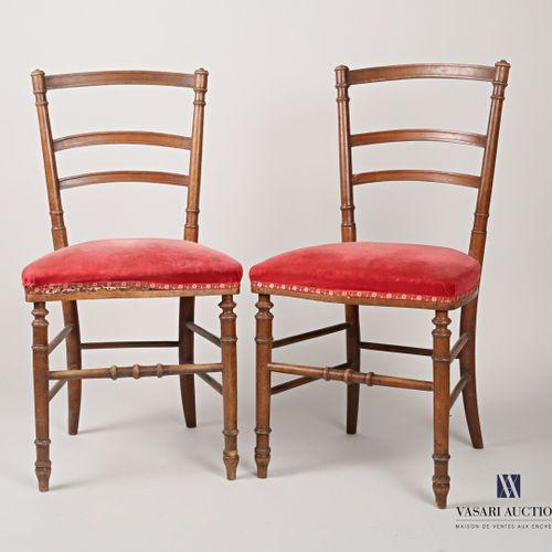 Paire de chaises en bois naturel mouluré, le dossier présente trois barettes lég…