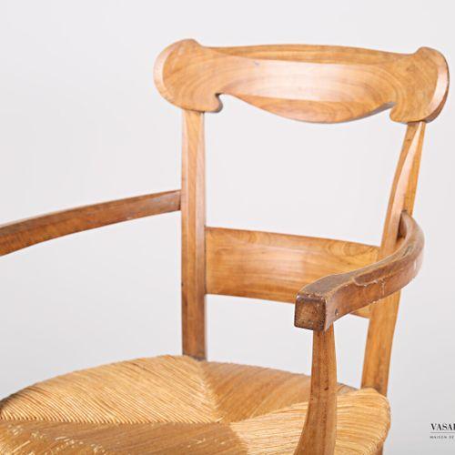 Fauteuil en bois naturel, le dossier présente deux barettes dont la supérieure à…