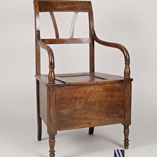 Chaise percée en bois naturel mouluré, le dossier ajouré deux baguettes évasées,…