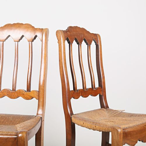 Paire de chaises en bois naturel, le dossier légèrement ondulé présente une arca…