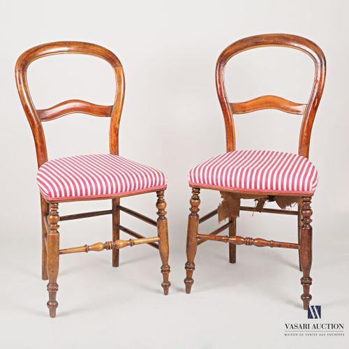 Paire de chaises en bois teinté à l'imitation de l'acajou, le dossier ajouré de …