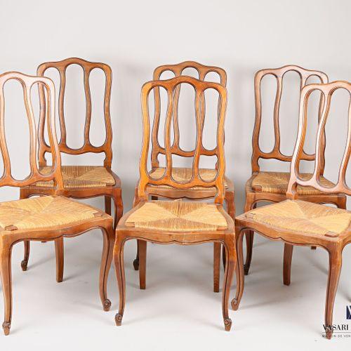 Mobilier de salle à manger en mérisier mouluré et sculpté comprenant une table, …